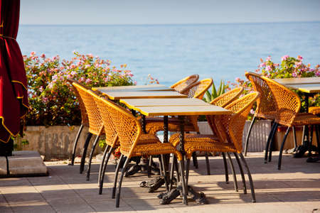 menton: Beach cafe with table and chairs in Menton