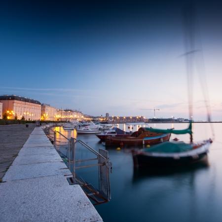 Trieste port la nuit tout au long de l'exposition