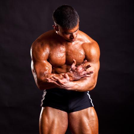 bodybuilder giovane in posa in studio Archivio Fotografico