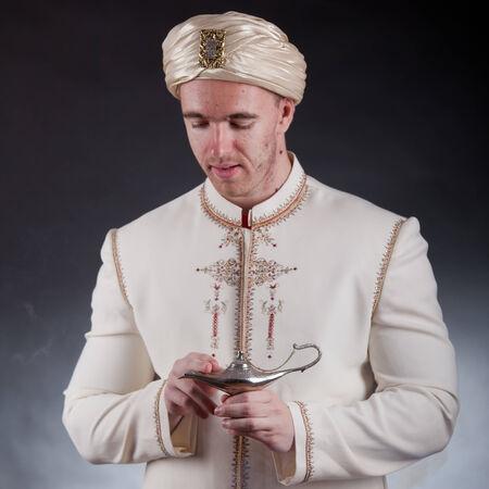 lampe magique: Jeune homme en costume oriental avec lampe magique Banque d'images
