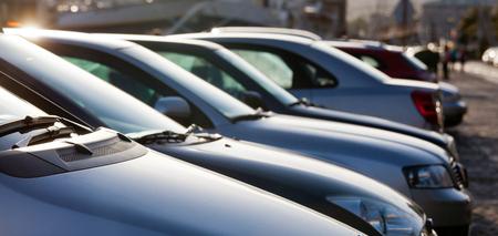 Carros de estacionamento em belo sol Banco de Imagens