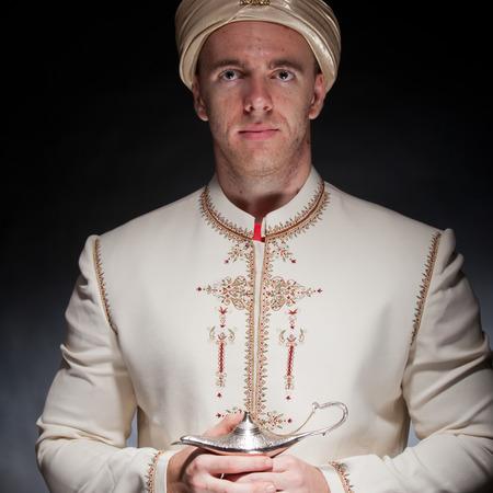 lampara magica: Hombre joven en traje oriental con l�mpara m�gica
