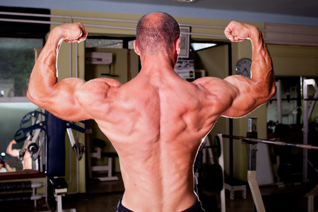 lats: Bodybuilder training in a gym