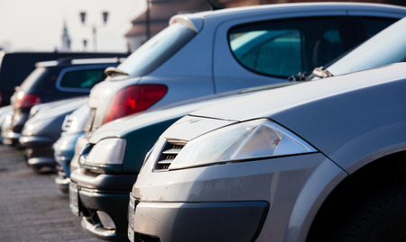 Parken Autos in strahlendem Sonnenschein