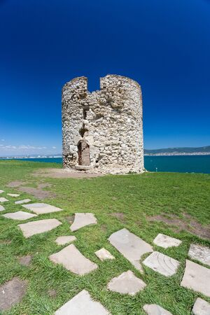 Ruins of the castle tower with the Black Sea coast in Nesebar, Bulgaria Standard-Bild