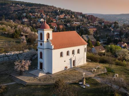 Chapelle à Havihegy, Pecs, Hongrie avec l'arbre de l'année