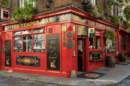 Facade of the Temple bar, one of Dublin's most tourist and famous pubs. Redactioneel