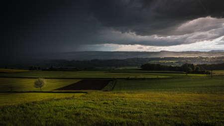 Rural scene between storm and sun 版權商用圖片 - 81935667
