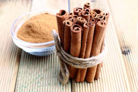Cinnamon sticks and powder, studio shot, wood surface, Imagens