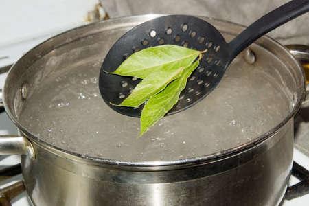 La olla de agua hirviendo, que omite las hojas de laurel, le da al plato un sabroso aroma y sabor.