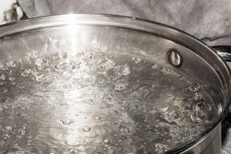 La pentola in acciaio inossidabile è su un fornello a gas e fa bollire l'acqua.