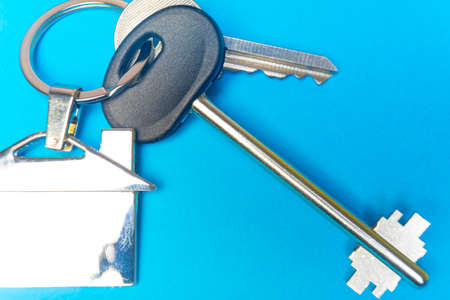 keys to the house with a keychain in the shape of the house.. Banco de Imagens