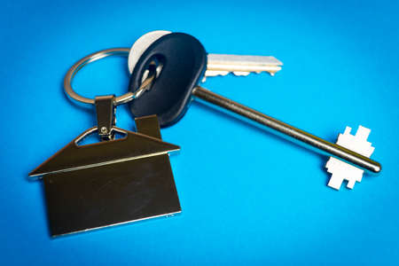 keys to the house with a keychain in the shape of the house.. Banco de Imagens - 119882825