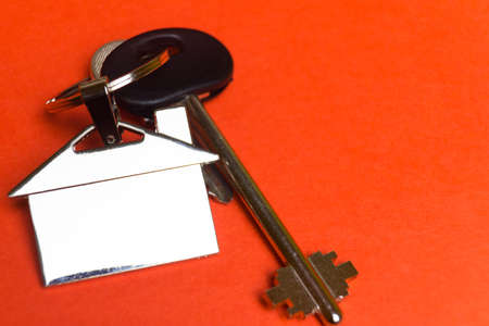 keys to the house with a keychain in the shape of the house.. Banco de Imagens - 119882827