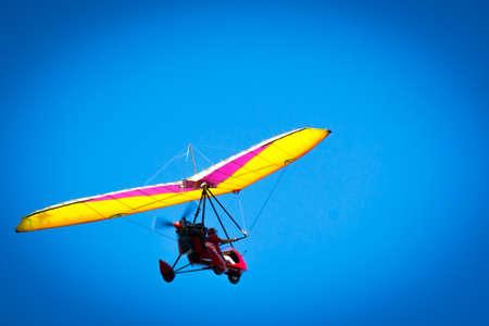 Voler un tricycle haut dans le ciel bleu. Voler un tricycle haut dans le ciel bleu.