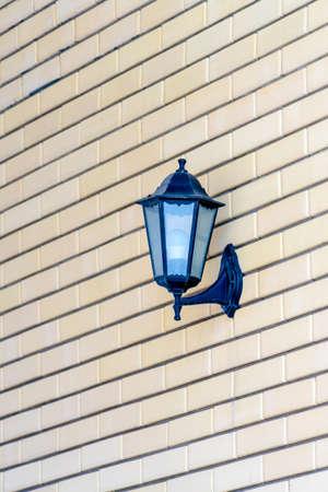 Street lamp hanging on a brick wall. Street lamp hanging on a brick wall. Banco de Imagens
