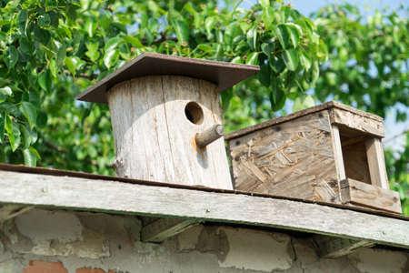 birdhouse. Wooden house for birds. Birdhouse on a background of green foliage. birdhouse. Wooden house for birds. Birdhouse on a background of green foliage. Banco de Imagens - 125356087