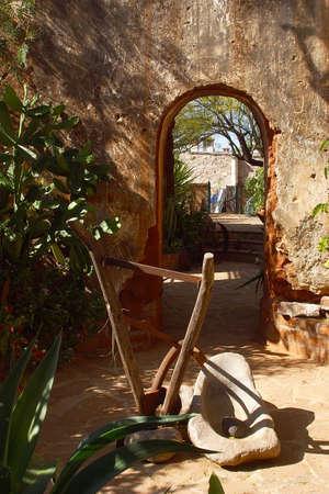 casa colonial: detalle del patio y del jard�n internos de una casa colonial en la ciudad de Alamos en el estado norte�o de Sonora, M�xico, Am�rica latina