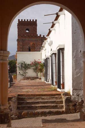 diferentes edificios y casas coloniales pie a un lado de �lamos en el norte del estado de Sonora, Mexico, América Latina Foto de archivo - 707322