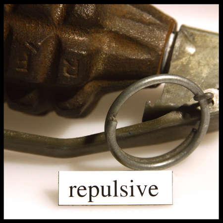 weerzinwekkend: detail van een hand granate en het woord afstotend geschreven hieronder Stockfoto