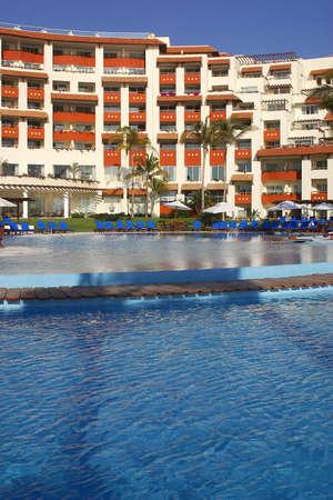 visi�n parcial de las piscinas y un hotel en Puerto Vallarta, Jalisco, Mexico, Am�rica Latina  Foto de archivo - 773287