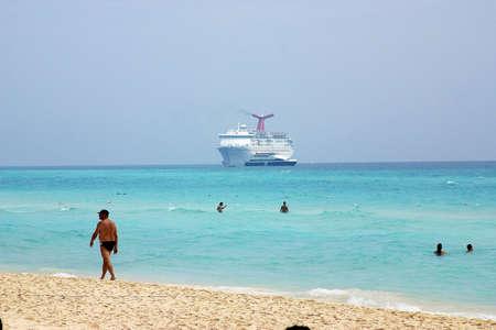 riviera maya: Las personas que toman un ba�o con una Cruiser atr�s en Canc�n, Riviera Maya, Quinatan Roo, Mexico, Am�rica Latina