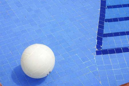 ballon volley: volley-ball dans une piscine