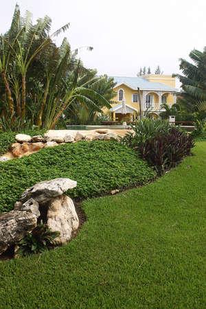 riviera maya: jard�n y parte de la construcci�n de un hotel con detalles como la hacienda en Canc�n, Riviera Maya, Quinatan Roo, Mexico, Am�rica Latina  Foto de archivo