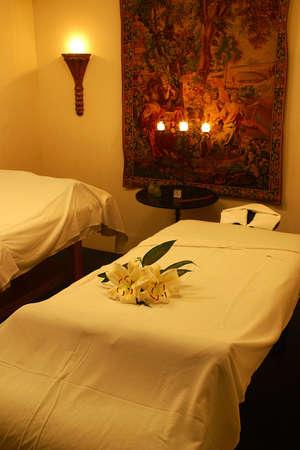 riviera maya: camas de masaje en un spa reort de un hotel con detalles como la hacienda en Canc�n, Riviera Maya, Quinatan Roo, Mexico, Am�rica Latina  Foto de archivo