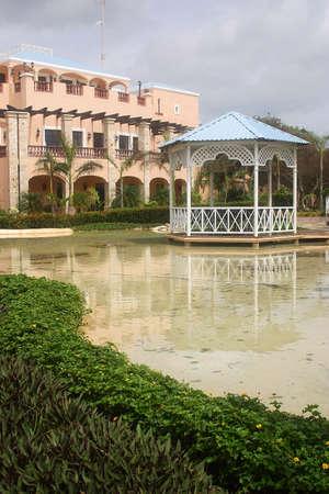 riviera maya: lago artificial en un hotel hacienda con detalles como en Canc�n, Riviera Maya, Quinatan Roo, Mexico, Am�rica Latina Foto de archivo