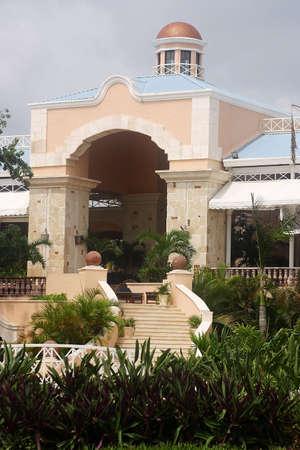 riviera maya: entrada de un hotel con detalles como la hacienda en Canc�n, Riviera Maya, Quintana Roo, Mexico, Am�rica Latina  Foto de archivo