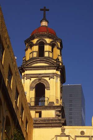 colonial building: Vista parcial de la torre de un edificio colonial, la pintura galer�a Viceroyal centro de la ciudad Mexico City, M�xico, Am�rica Latina