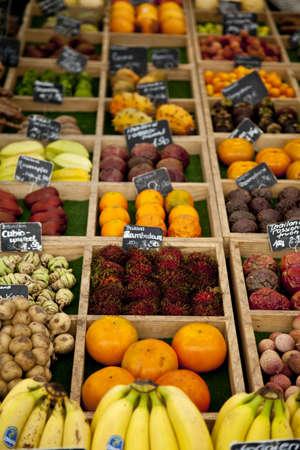 Fruit te koop in Viktualienmarkt in het centrum van München, Duitsland
