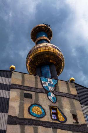 inceneritore: Inceneritore di Vienna, progettato da Friedensreich Hundertwasser, Vienna, Austria