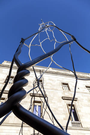 gotico: Barcelona, ??España - 16 de febrero de 2012: Castellers torre humana moderna estatua en la plaza de Sant Miquel