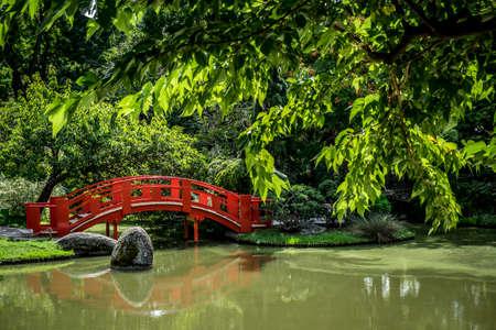 ponte giapponese: giardino pubblico giapponese a Tolosa in Francia Europa Archivio Fotografico