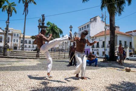 Salvador, Brasil - 26 de octubre de 2016: Rendimiento de capoeira en la plaza Terreiro de Jesús en el distrito de Pelourinho, Salvador, Bahía, Brasil Editorial