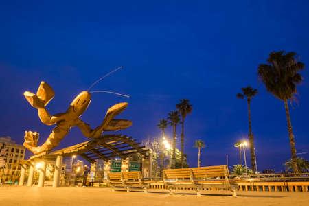 Barcelona, ??Spanje - 29 februari 2016: beeldhouwkunst La Gamba door Mariscal in de kustlijn van Port Vell van Barcelona, ??Catalonië, Spanje