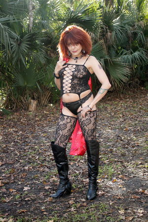 A sexy redhead outdoors in a southern USA tropical forest, wearing lingerie  Standard-Bild