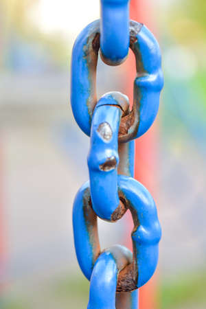 Close-up of a large corroided domestic chain. Rusty blue painted metal chain Banque d'images
