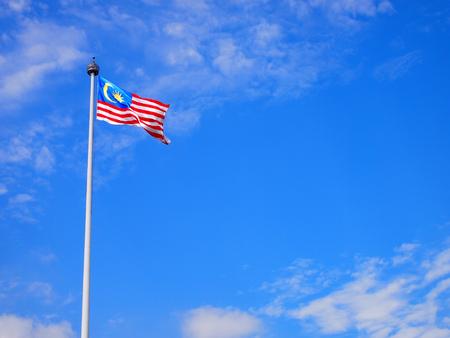 말레이시아 국기 푸른 하늘 바람에 물결 치는