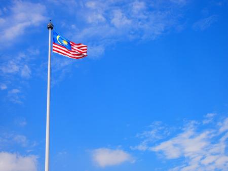 푸른 하늘과 바람에 물결 치는 말레이시아 국기