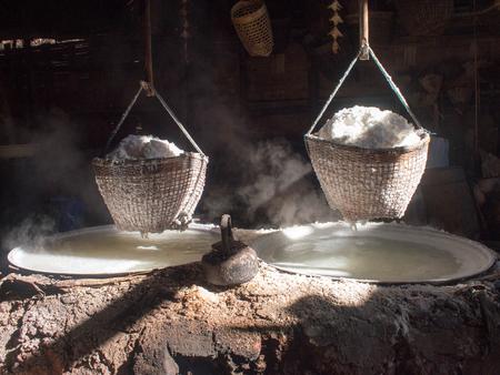 Boiling rock salt, crystallized salt from boiled saltwater to dried up the basket, travel landmark in Thailand. Standard-Bild