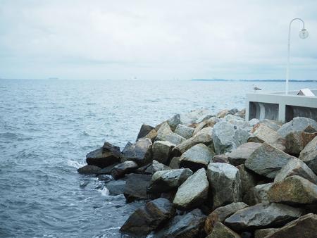 바다와 Sopot, 그단스크에서 일몰 전에 바위의 긴 노출.