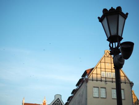 오래 된 마, 그단스크, 폴란드에서 푸른 하늘이 빈티지 램프 게시물.