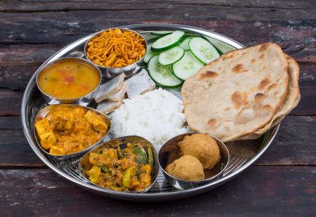 Groupe de nourriture indienne ou thali indien, thali indien du sud, repas complet sud-indien, déjeuner complet sud-indien Banque d'images - 87863375