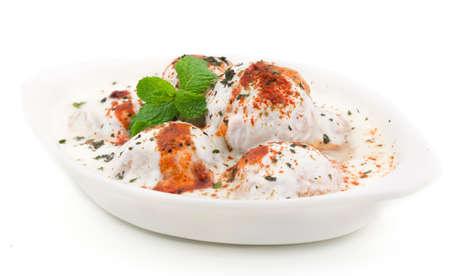 인도 소프트 요리 Dahi Vada, urad dal, 쌀, 두부 및 다른 향신료로 만든