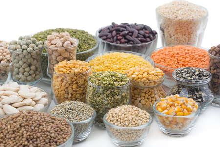 Variazione di lenticchie, fagioli, piselli, cereali, soia, legumi isolare su bianco