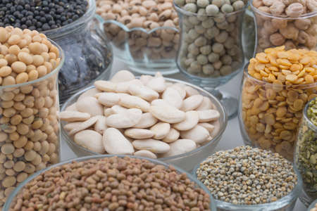 sorgo: Variación de lentejas, frijoles, guisantes, granos, soja, legumbres aislar en blanco Foto de archivo
