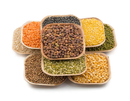 leguminosas: Variation of lentils, beans, peas, grain ,soybeans, legumes isolate on white